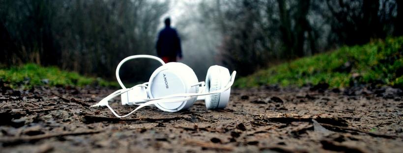Hörlurar som ligger på marken